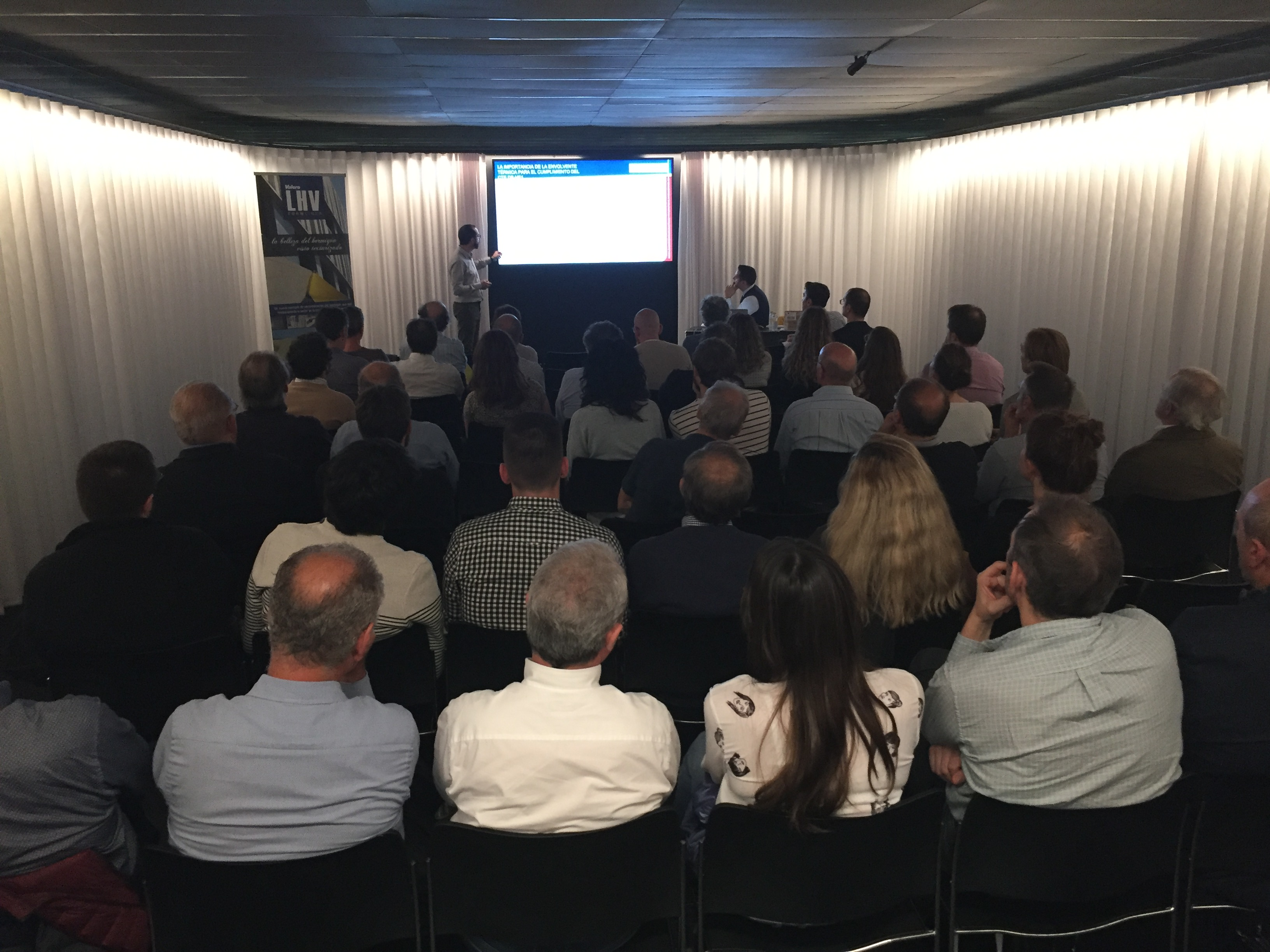 Éxito de asistencia en el seminario sobre eficiencia energética impartido por Valero y la UA en el COAVN